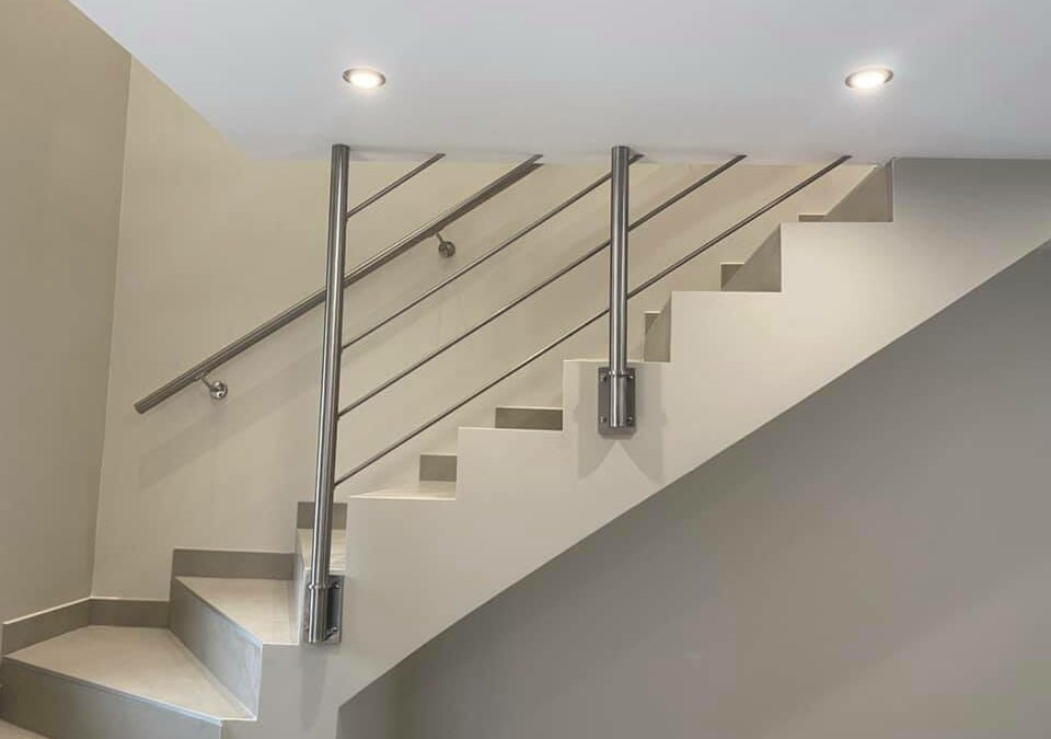Création Garde-corps et balustrade inox sur escalier béton